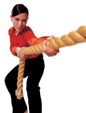 Frau zieht Seil